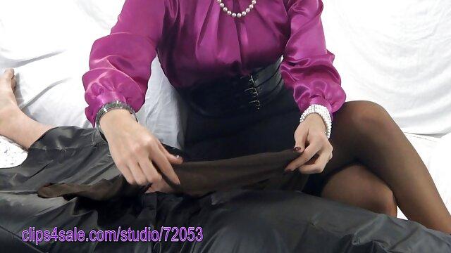 Sexo pornodemaduras con una morena rizada