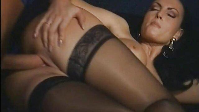 Morenas maduras con jovenesxxx abren las piernas delante de un chico