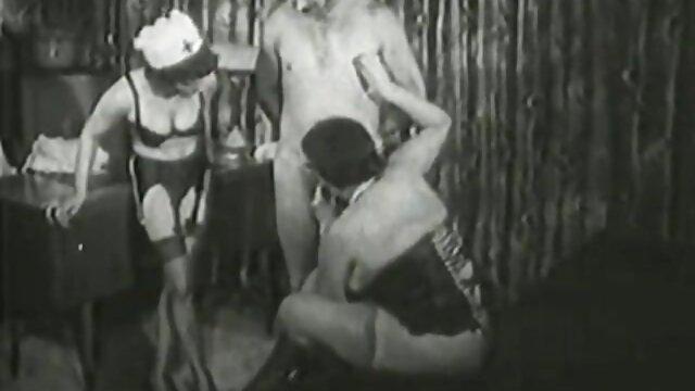 Dos señoras follando chicas le chupan la polla a su amigo