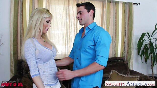 Una hermosa mujer xxx madurasx vestida de enfermera complace a un hombre calvo