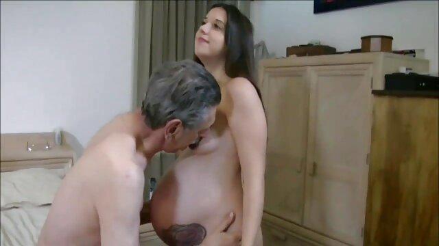 Sexo en la sala de estar maduras folladas por negros